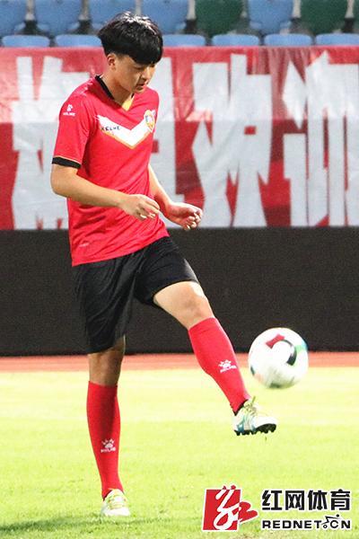 邱凌枫在进行颠球训练。