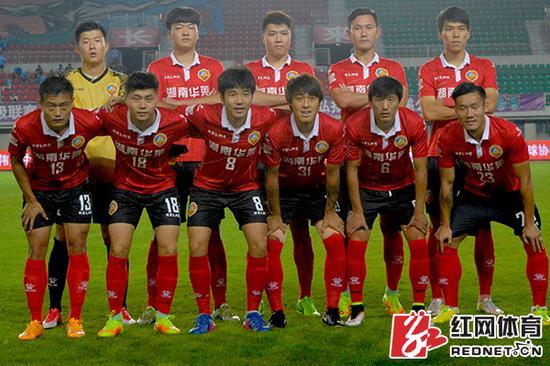 邱凌枫(后排左二)在湘涛华莱客场挑战南通支云的比赛中首发登场。