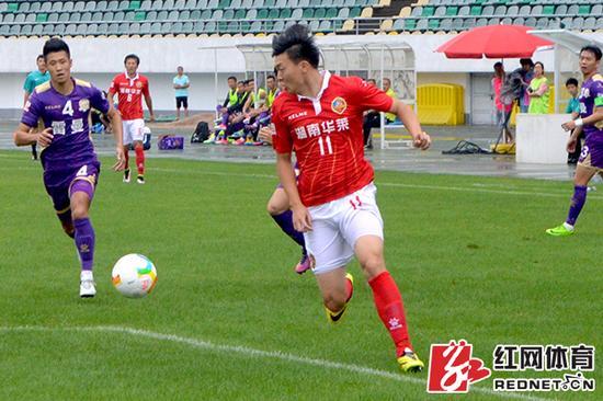 邱凌枫在比赛中冲锋陷阵。