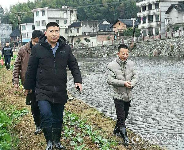 张江龙带队巡查河段