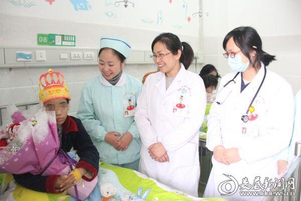 医护人员为杨杨过生日