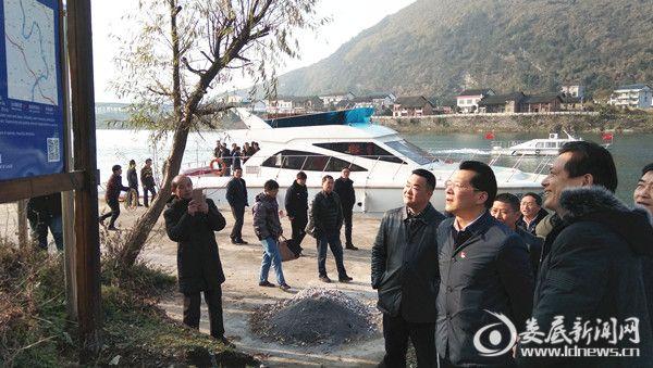 李建华(左二)在资江码头督查河长制工作落实情况
