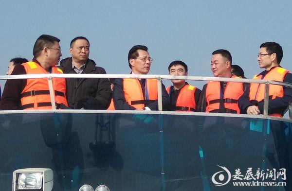 冷水江市委书记、第一河长李建华(中)在现场巡河 督查