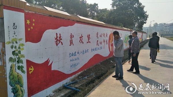 行人驻足观赏文化墙