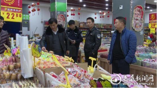 联合执法组在超市对食品进行检查