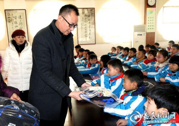 2 党总支书记赵文武给孩子们分发爱心礼物