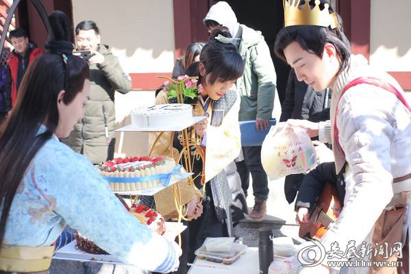 王一哲和冯荔军为李川准备生日蛋糕