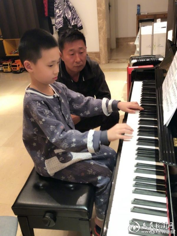 (林永健看儿子弹钢琴)
