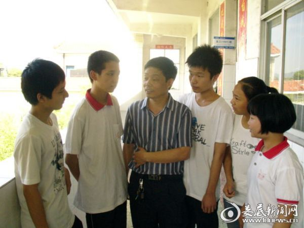 戴功仪与学生谈心