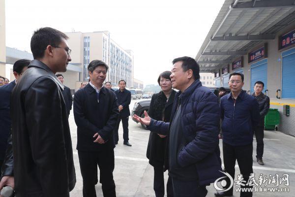 图四,陈飞叮嘱湘中国际物流园相关负责人,要坚持投入与管理并重,切实把安全生产工作落到实处