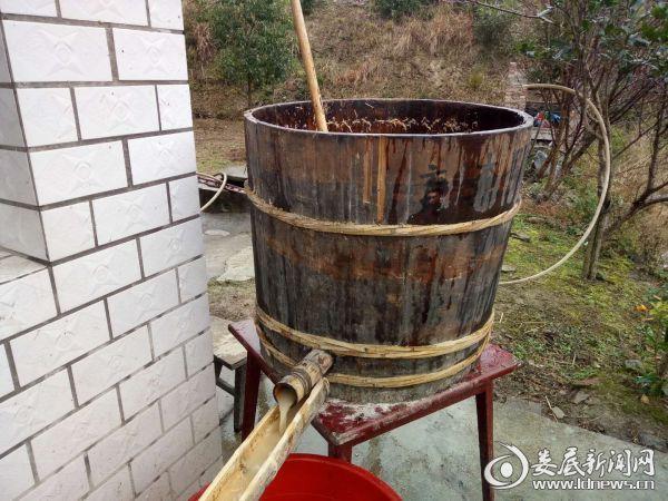 (淀粉溶液通过木桶底部的竹枧导入盖有纱布的竹筛过滤)