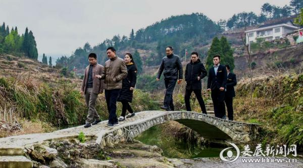 (原县人大常委会主任曾德光带领培训班学员在吉庆镇油溪桥村参观学习)