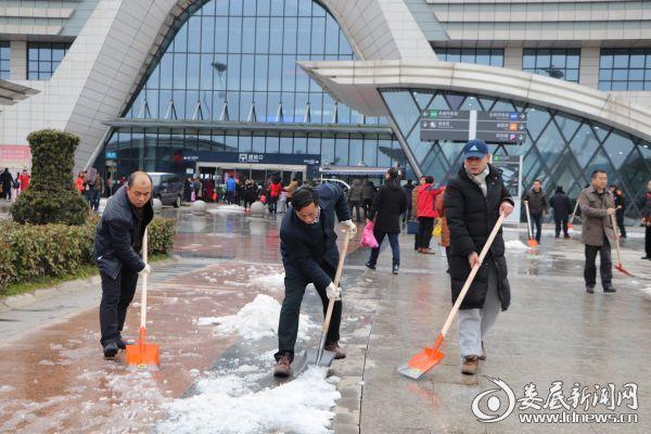 万宝新区管委会组织干部职工在高铁南站广场破冰铲雪