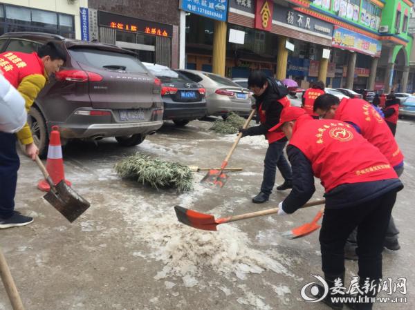 图为财政局干部职工在帮扶社区火车站社区铲雪