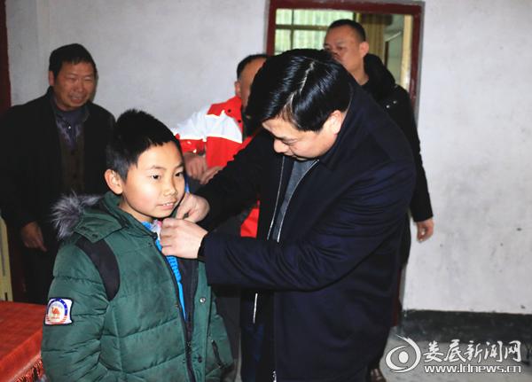 肖元意了解贫困户孤儿刘湘穿衣情况