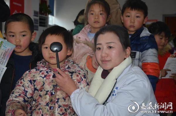 娄底爱尔眼科的医务人员耐心的为一个个孩子遮挡眼睛