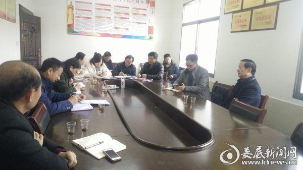 图为2018年2月1日娄星区区委书记彭健初在石塘村总结党员冬春训成绩指导部署2018年党建工作