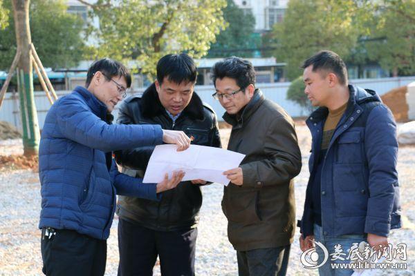 领导小组成员与设计及施工人员共同探讨摄影刘华建