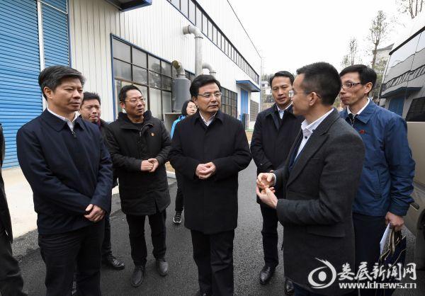 康麓生物科技有限公司负责人向王少峰介绍企业有关情况