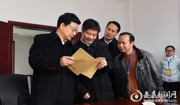 翻阅党建资料时,王少峰肯定社区党支部组织生活会剖析问题深刻、整改清单详实