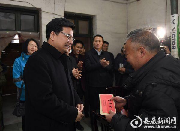 王少峰走访慰问困难群众潘久跃,关切地询问他的身体状况和生活保障情况1