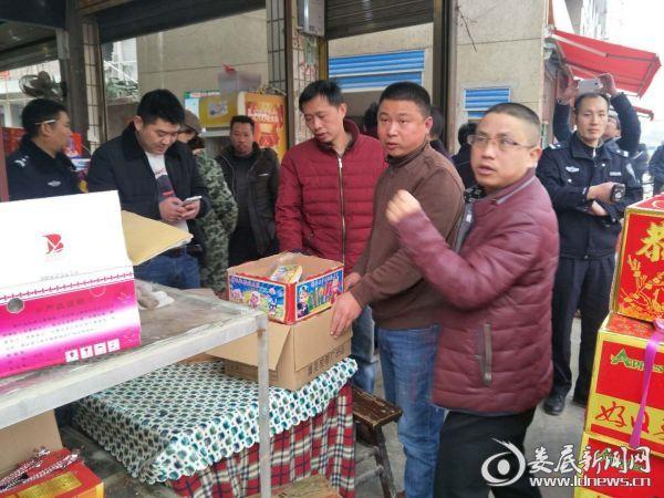 2月9日,县安监局执法大队长刘春伟带队查获一个非法烟花爆竹经营点