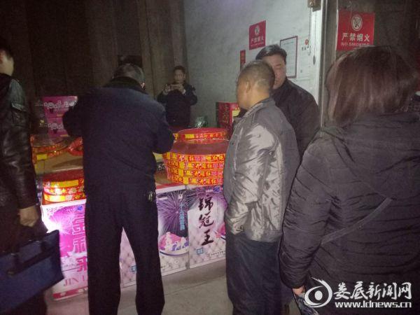 2月9日,桑梓镇安监、公安晚上开展烟花爆竹专项整治行动