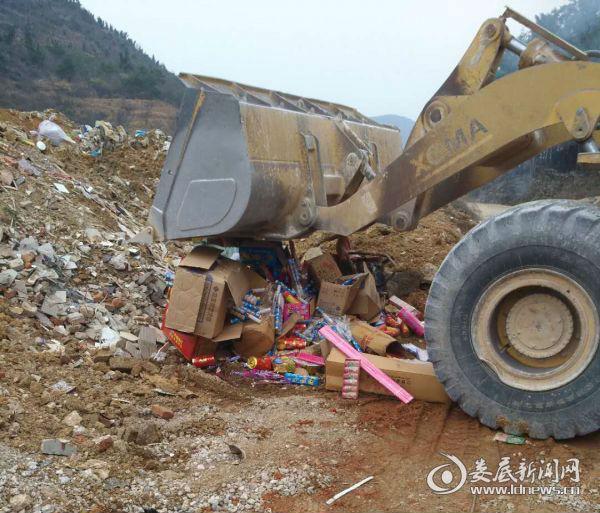 2月9日,吉庆镇集中整治烟花爆竹,对没收物品进行集中销毁