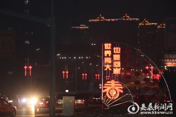 """(夜幕中,发着光的""""中国结""""连成线)"""