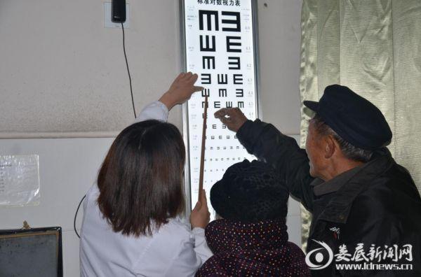 娄底爱尔眼科医院医务人员耐心地指导老人识别视力测试表