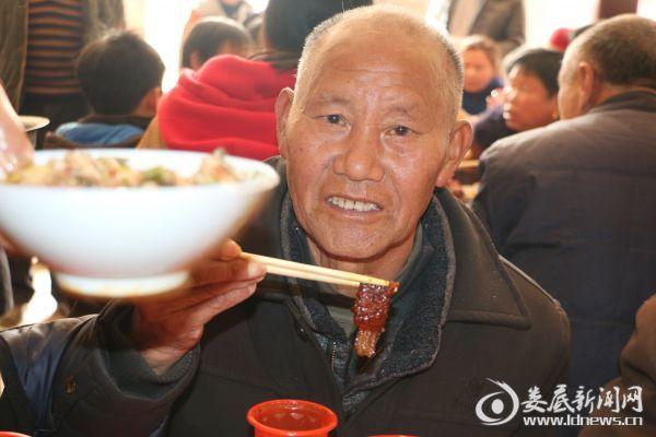 (五保老人吴庆云虽然无儿无女,但是在笃庆组这个充满暖意的大家庭里,他的新年过得一点没有孤单的味道。)