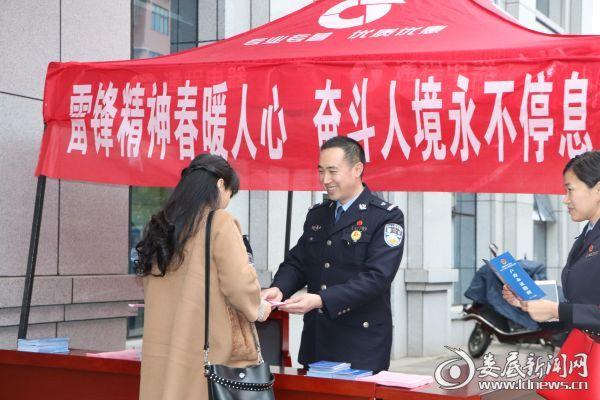 (3月5日学雷锋日当天,市公安局人境支队在室外搭设服务点)