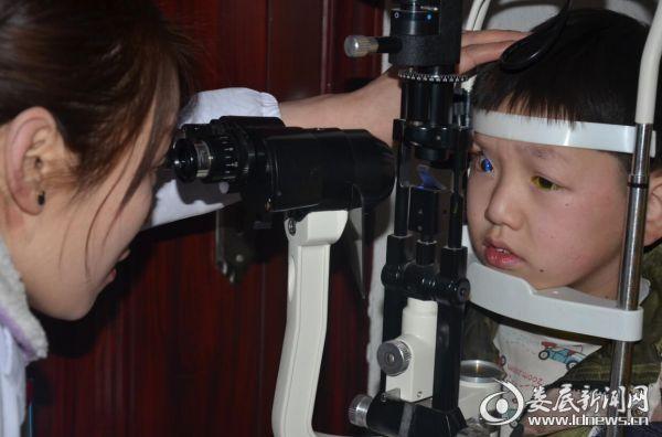 娄底爱尔眼科医院的医务人员细致地为兄弟俩检查