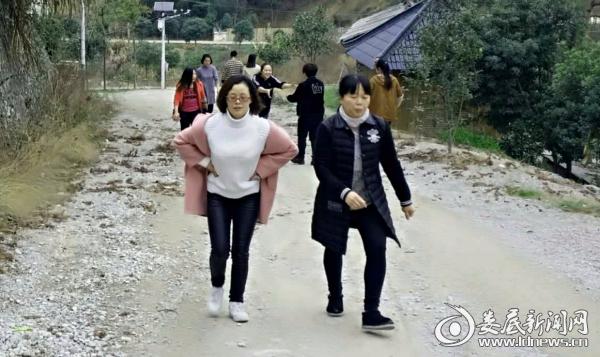 (涟源市人民医院全院女职工参加洪水岭健身登山活动)