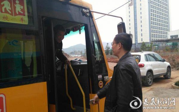 袁华中正在就安全驾驶问题向校车驾驶人提问