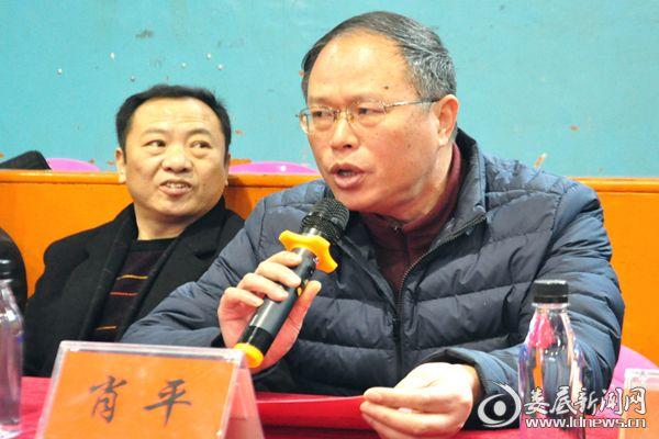 (冷水江市总工会党组书记肖平宣布运动会正式开赛。熊又华 摄)DSC_9005