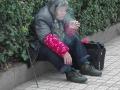 娄底一老妈妈送别孩子 蹲坐马路旁抽烟消愁戳痛网友泪点