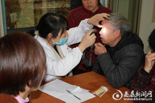 新化县人民医院五官科主治医师曾艳红细心检查中