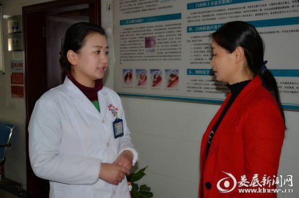 娄底爱尔眼科医院视光项目负责人张亮与患者家属沟通后续治疗情况