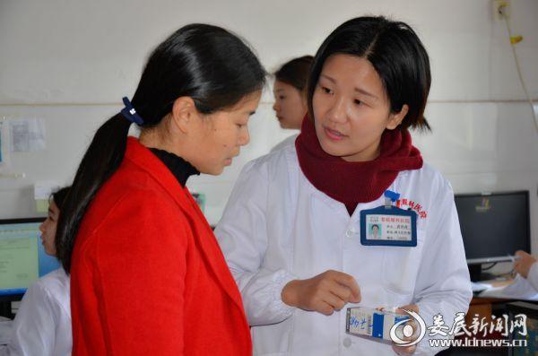 娄底爱尔眼科医院眼底病中心主任唐玖鸿向患者家属交代术后用药情况