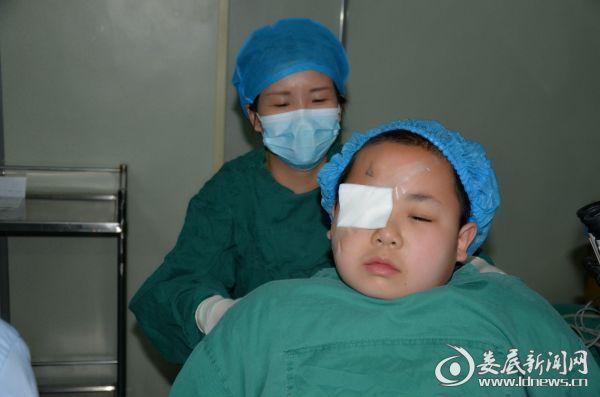 娄底爱尔眼科医院眼底病中心主任唐玖鸿为杨严楚顺利完成右眼白内障手术