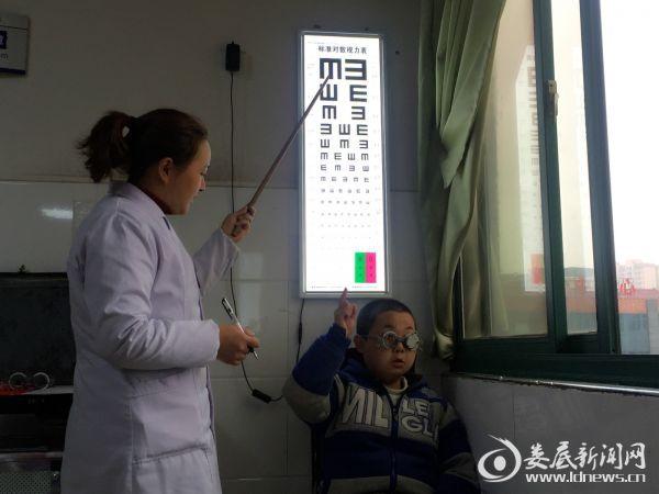 术前检测到杨严楚右眼视力仅有0.08