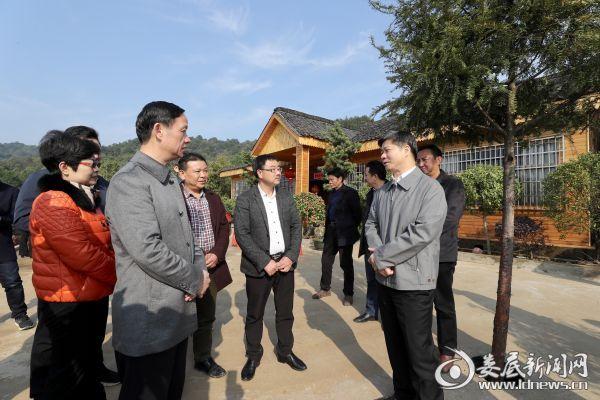 (李荐国与在场人员一起探讨如何把农庄经营得有特色、有品位、有效益)