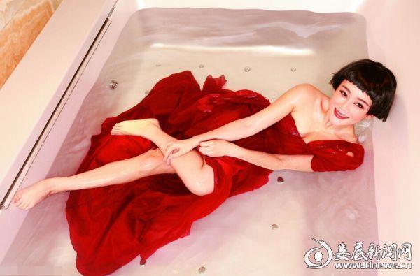 5.袁姗姗一袭红纱躺在浴缸明艳动人