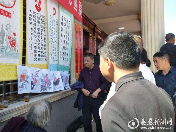 贺瑜等领导与书画爱好者参观书画展