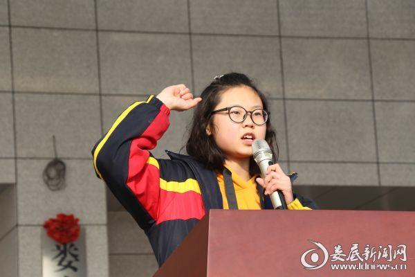 学生代表贺峰琴领誓