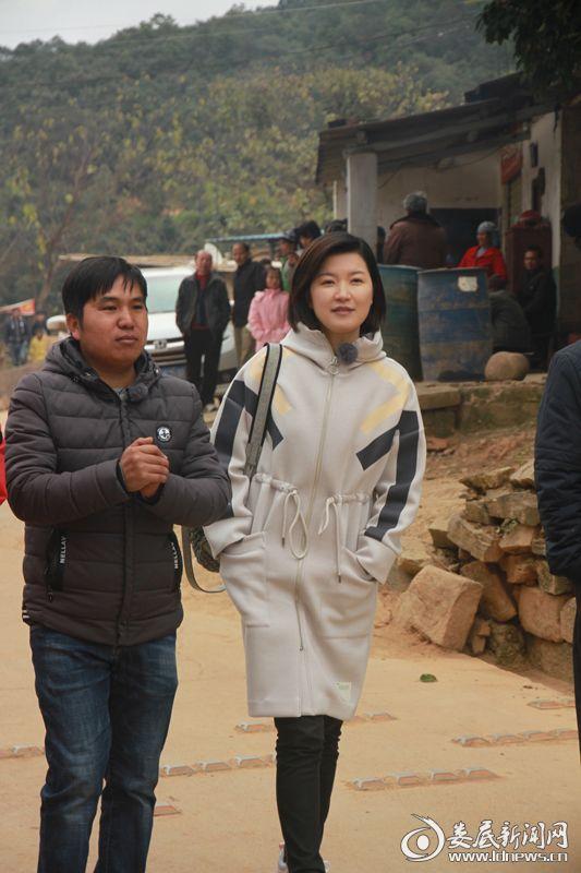 陈蓉与当地村主任了解马鹿寨村情况