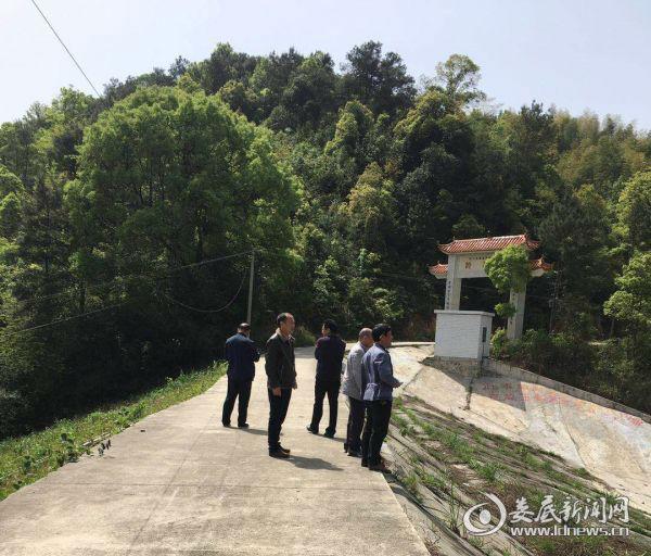 枫坪镇相关人员对枫树水库进行安全防汛排查