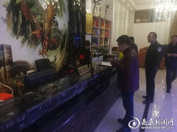 工作人员在该镇大富豪酒店检查