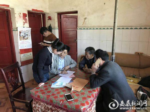 乡人大主席王书惠走访贫困户图